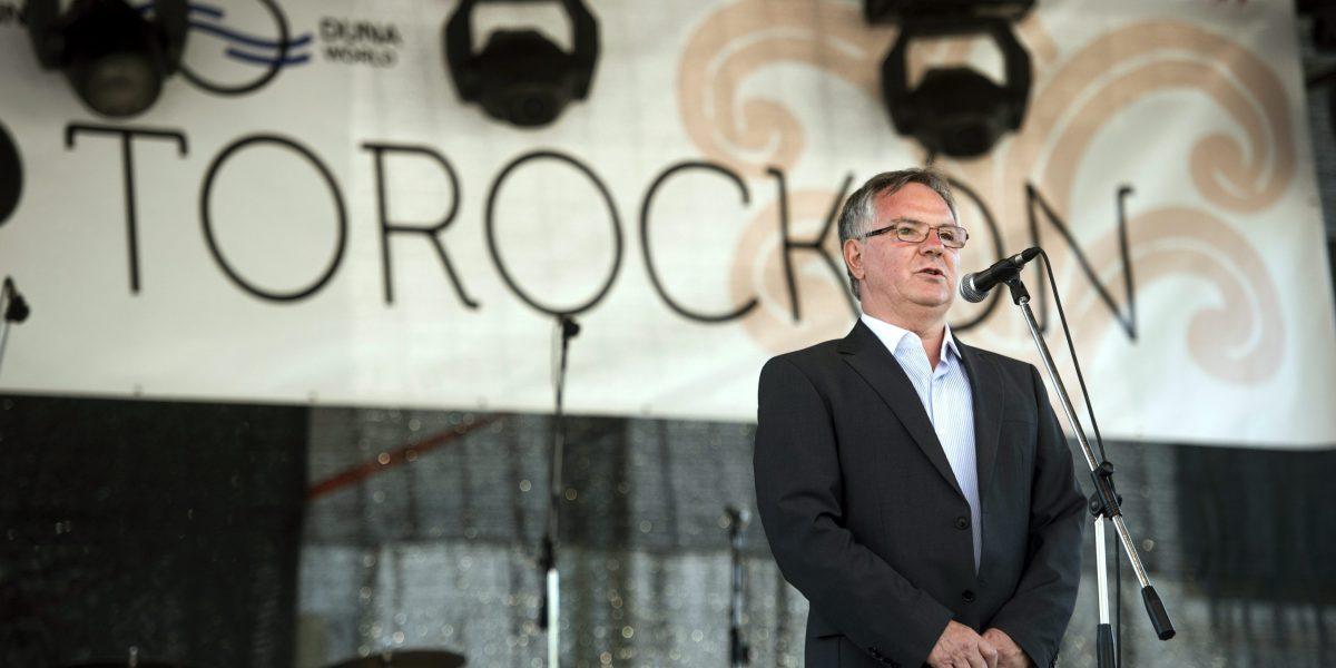 Torockó, 2015. június 6. Dobos Menyhért, a Duna Televízió Nonprofit Zrt. vezérigazgatója beszédet mond a második Duna-nap megnyitóján, az erdélyi Torockón 2015. június 6-án. MTI Fotó: Koszticsák Szilárd