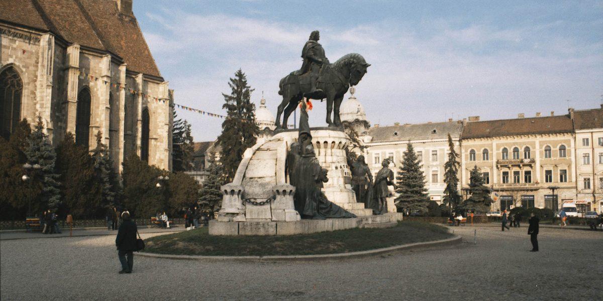Kolozsvár, 2003. november 17. Kolozsvári városkép. A képen: a kolozsvári fõtér a Mátyás-szoborral. (Marosvásárhelyi Krónika) MTI Fotó