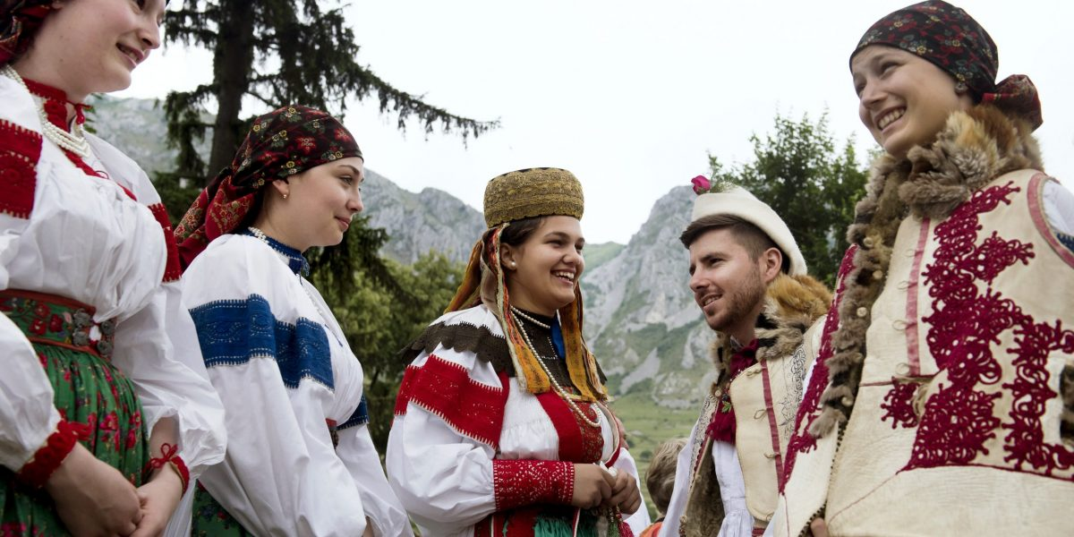 Helyi népviseletbe öltözött fiatalok az V. Duna Napon az erdélyi Torockón 2018. június 2-án.MTI Fotó: Koszticsák Szilárd